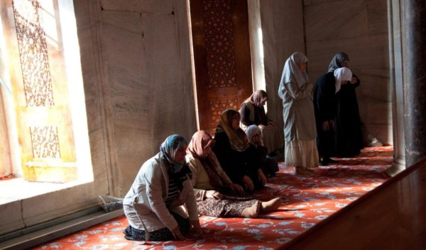 islam-lady-prayer-600x353 旅行ハウツー